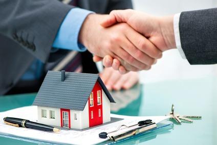 Hndedruck mit Kunden nach dem erfolgreichen Vertragsabschluss